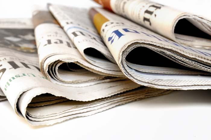 Cinco periódicos doblados.