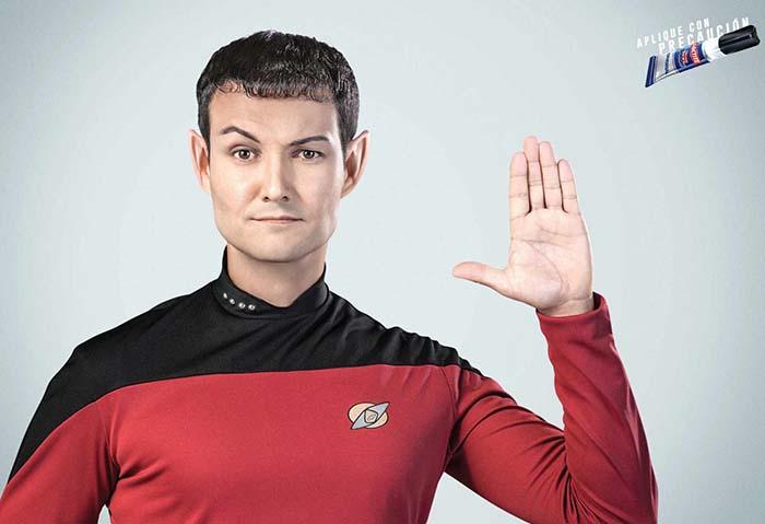 Anuncio de Loctite SuperBonder. El capitán Spock de StarTreck haciendo el saludo vulcano pero con los dedos juntos porque se los ha pegado con Loctite.