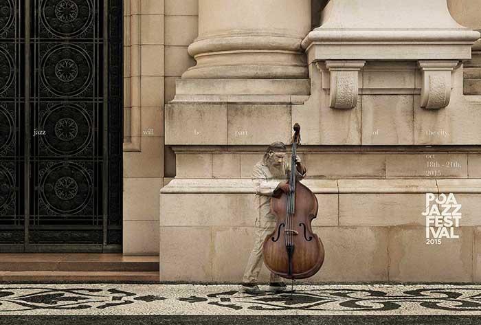 Anuncio de POA Jazz Festival. Hombre tocando el contrabajo en la calle, camuflado con la pared que tiene detrás.
