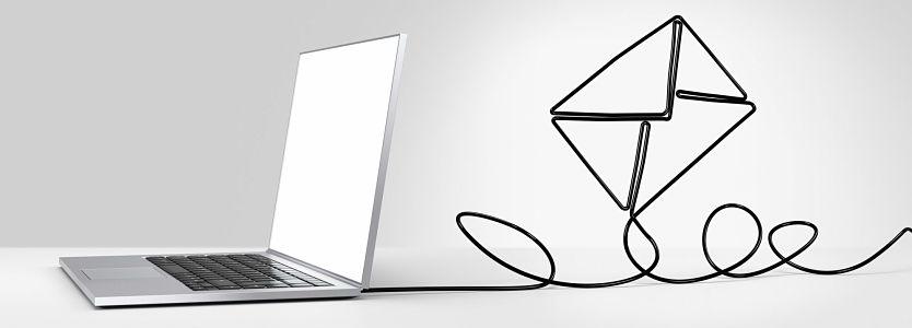 Ordenador portátil blanco con un dibujo de una carta volando.