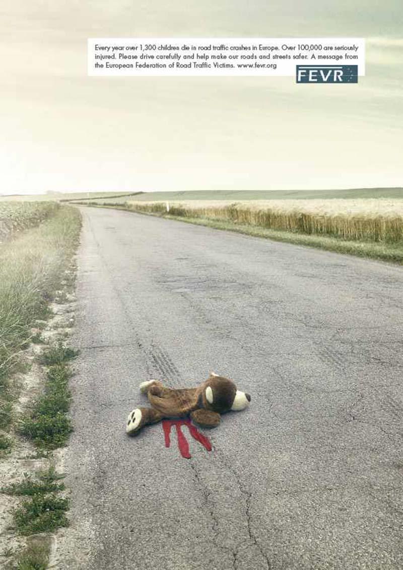 Anuncio de FEVR. Osito de peluche atropellado en una carretera por un coche.