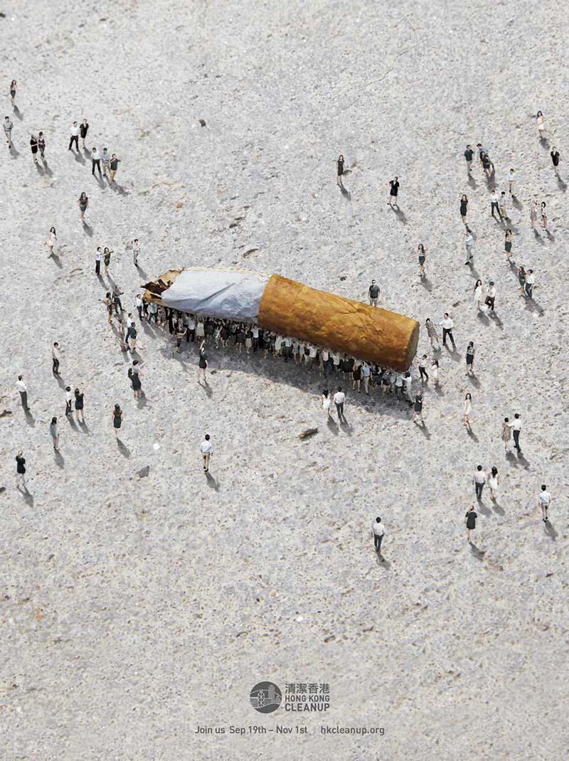 Anuncio de Hong Kong Cleanup. Habitantes de Hong Kong recogen una colilla gigante como si furan hormigas.