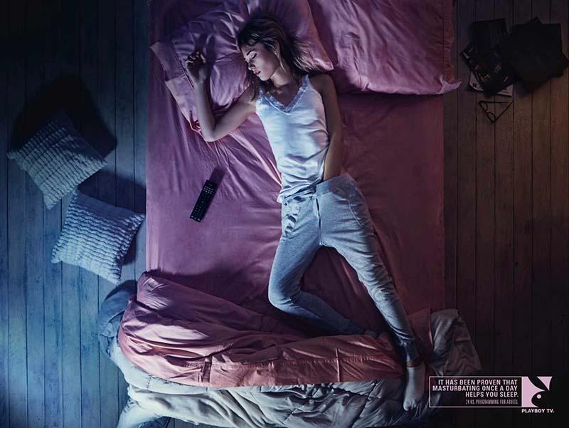 Anuncio de Playboy TV. Chica dormida en su cama con la mano en sus partes.
