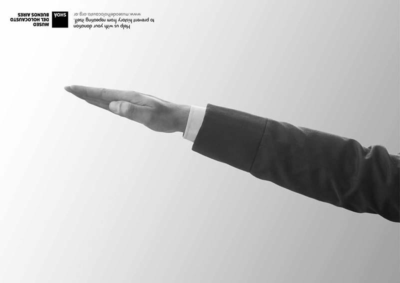 Anuncio de Museo del Holocausto. Brazo haciendo el saludo de los Nazis.