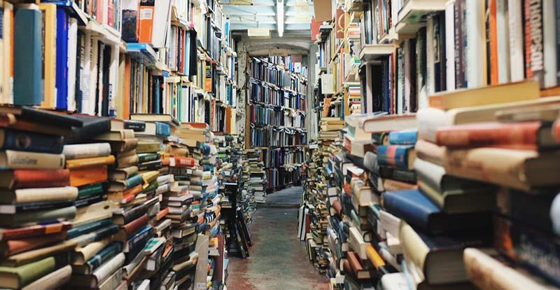 Libreria con muchos libros para dar ideas para escribir en tu blog