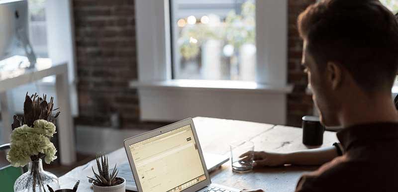 Chico escribiendo en su portátil mac. Cómo crear el post perfecto para tu blog