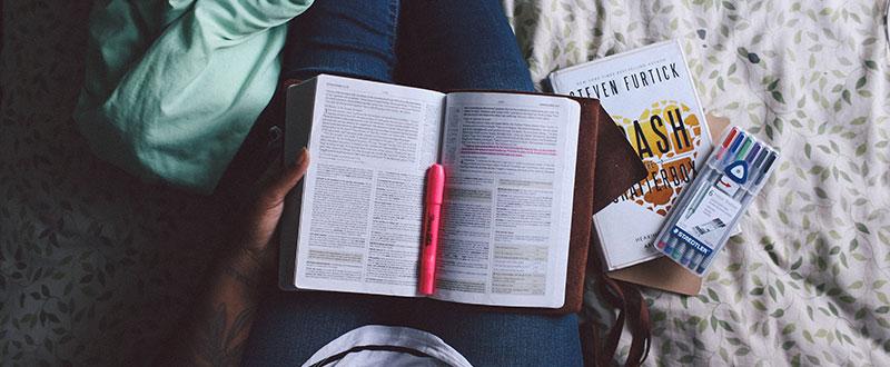 Leyendo y subrayando libro de marketing online
