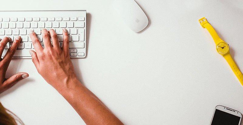 Estrategias aumentar las visitas de tu blog y conseguir mayor tráfico web: Manos escribiendo el post perfecto en un blog