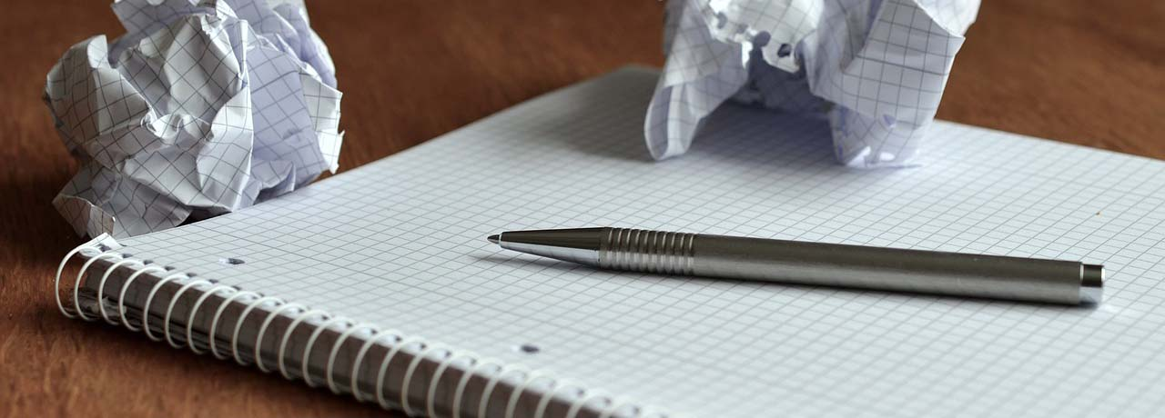 Libreta en blanco con boli. Generando ideas para escribir en tu blog