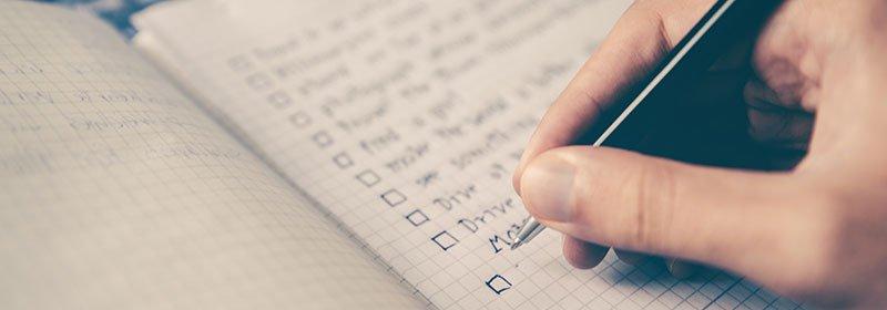 Cicha con un boli marcando una casilla de checklist con todo lo que debes hacer despues de publicar un post